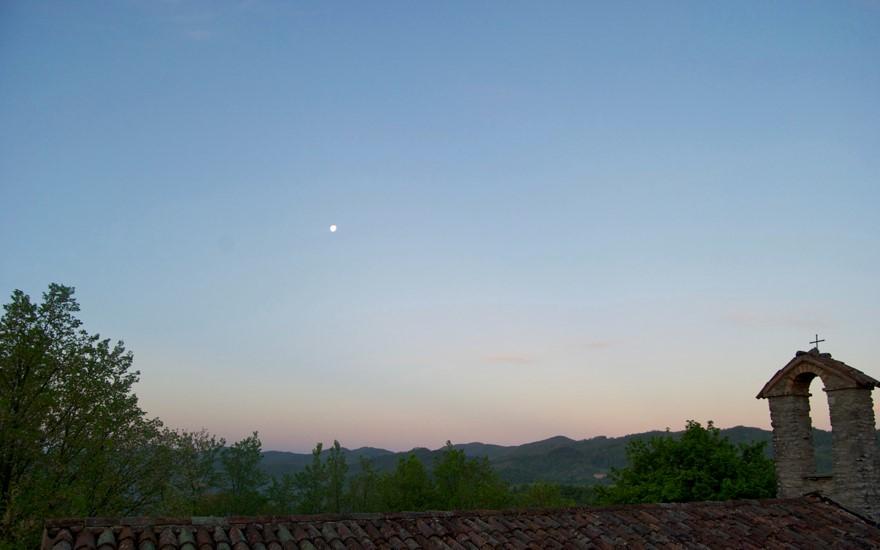 un tramonto su Casa della Pace, con la luna ancora alta