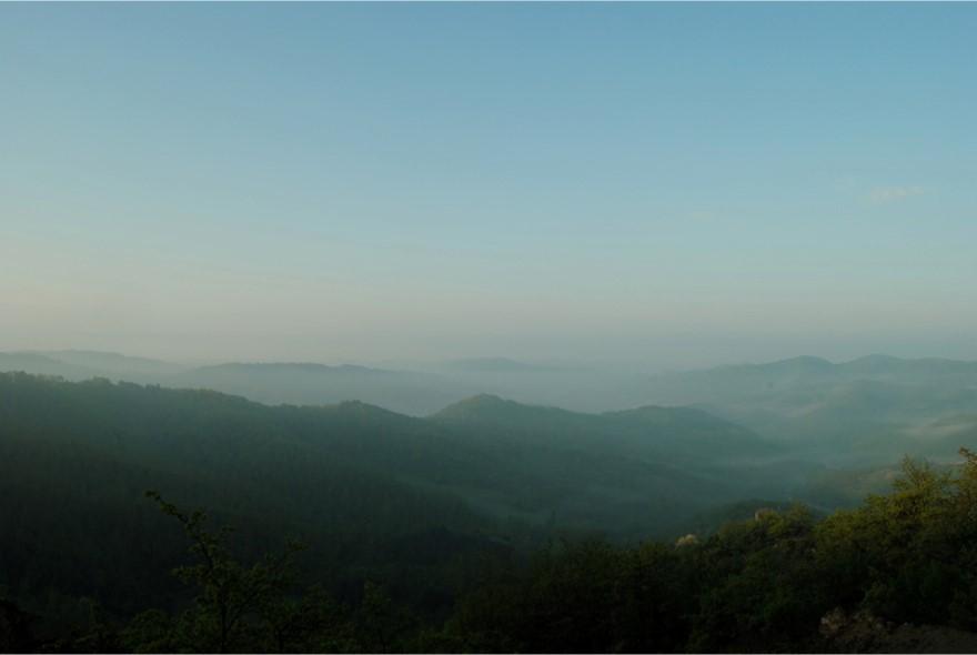 alba su uno dei paesaggi che si possono incontrare percorrendo i sentieri intorno Casa della Pace